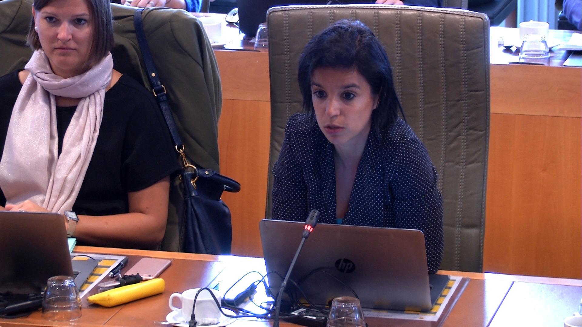 """#spraakmakers: """"Mensen die weigeren vrouwen de hand te schudden, dat gaat te ver"""" - Nadia Sminate"""