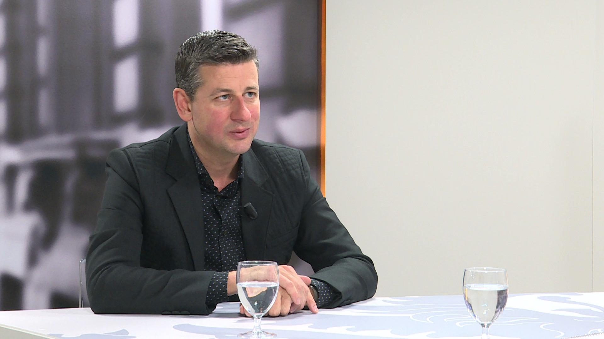 Studio Vlaams Parlement: Chris Janssens over werkloosheidsuitkering na 1 dag werken