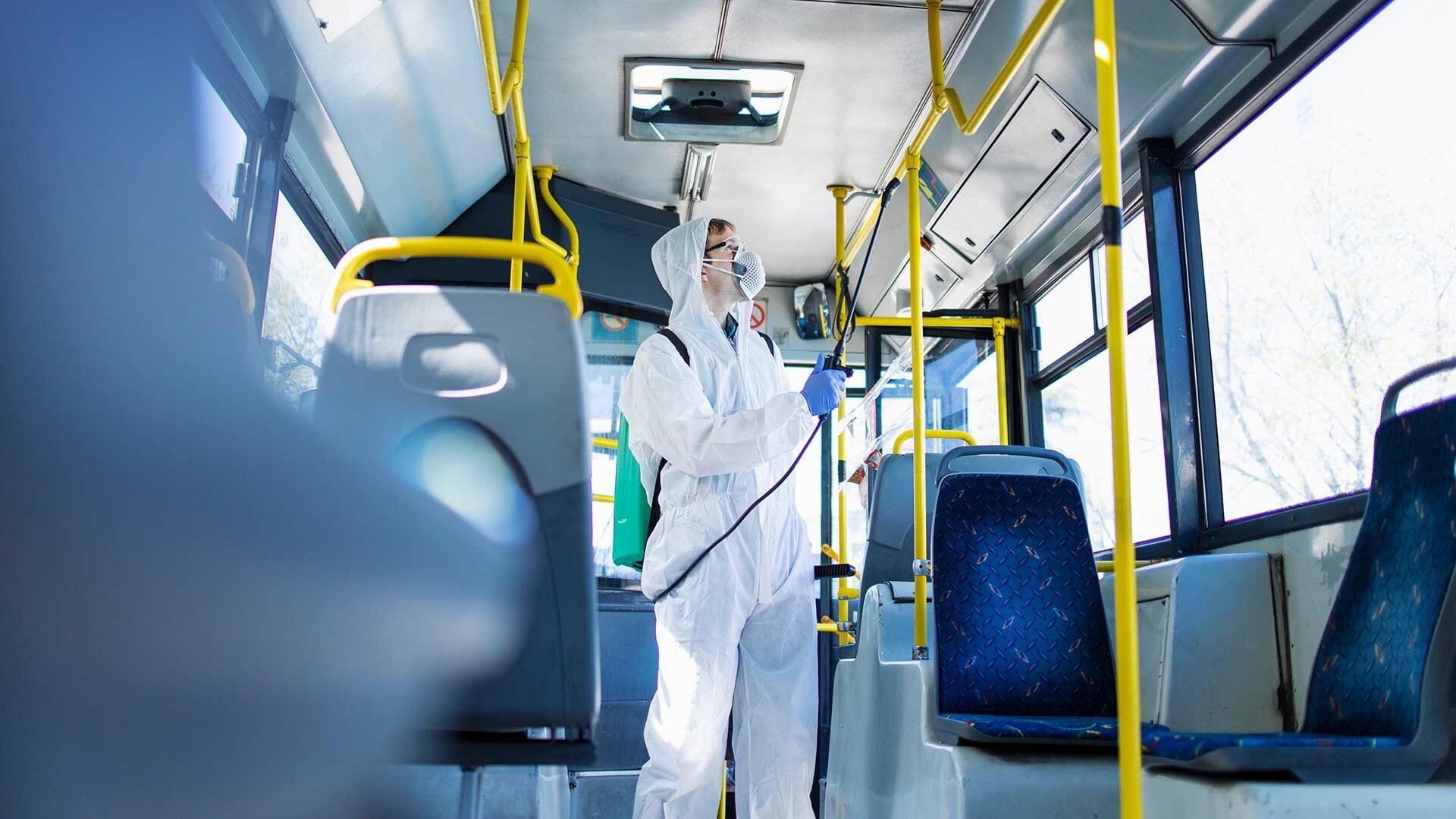 Ontsmetten van een bus met mondmasker