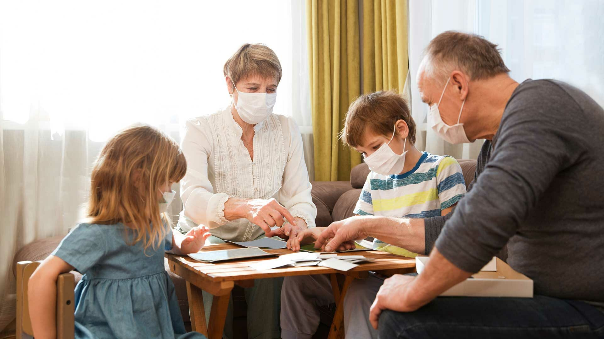 Kleinkinderen op bezoek bij hun grootouders